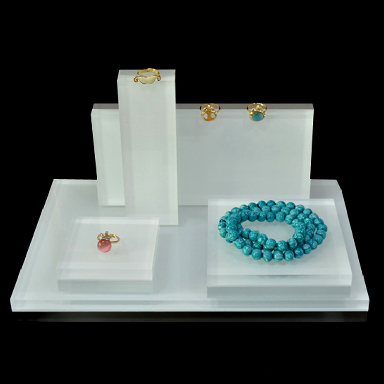 Common Materials and Characteristics of Jewelry Display